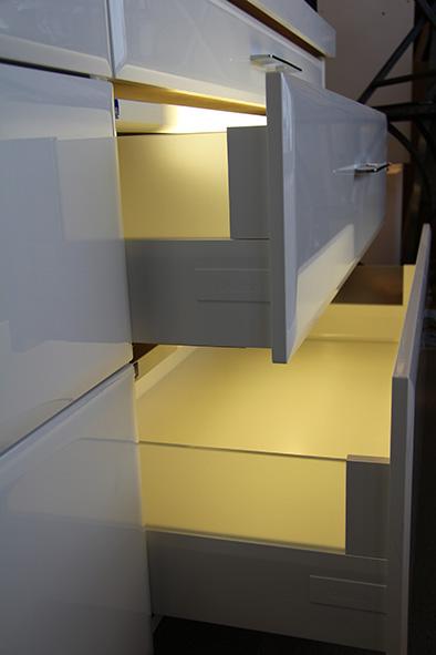 Vit lådinredning – Intivo back med vit lådinredning och designlåda med glassida